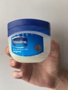 7. บำรุงผิวหน้าแบบประหยัดอีกวิธีหนึ่งด้วย Vaseline Pure Petroleum Jelly Original