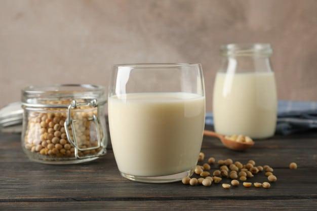 """ประโยชน์ของ """"นมถั่วเหลือง"""" และความแตกต่างจากนมวัว"""