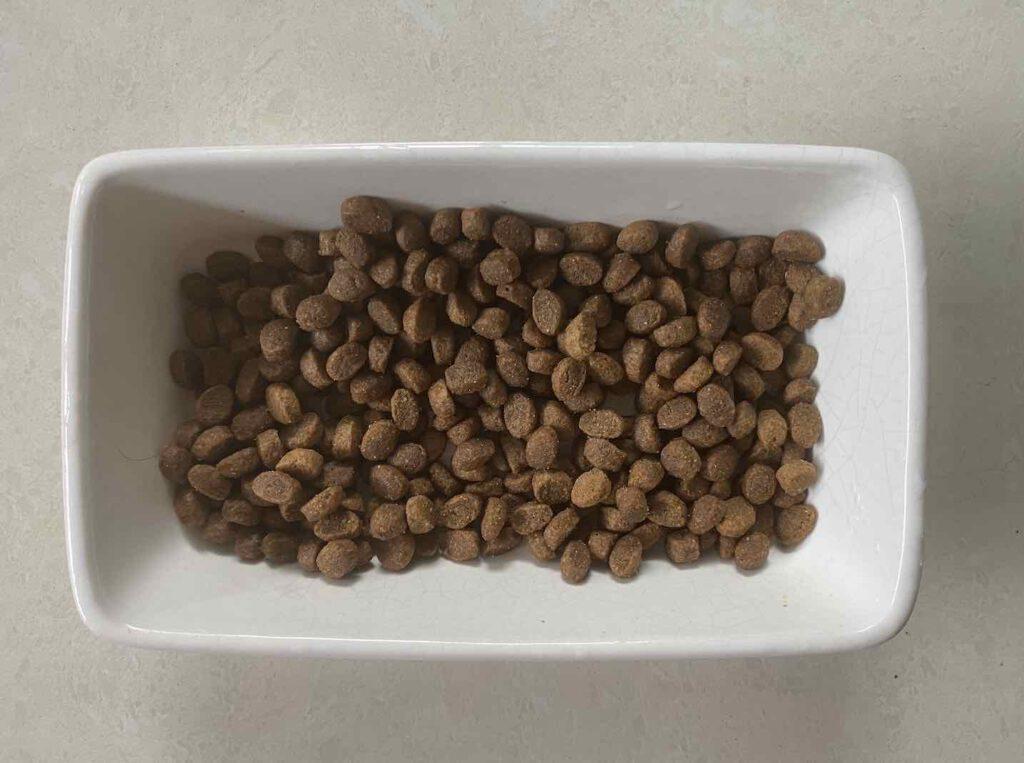 อาหารแมว ยี่ห้อ Avoderm แบบแมวโต รสไก่และปลาเฮอริ่ง แบบเม็ด