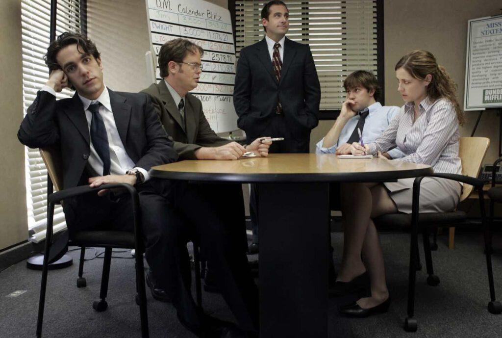การประชุมที่แสนน่าเบื่อ เจ้านายก็เอาอย่าง เพื่อนร่วมงานก็เอาอย่าง แต่คนดูฮามากกกก ภาพจาก IMDb.com