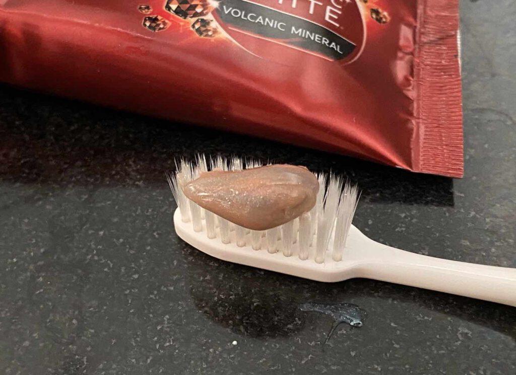 ยาสีฟันฟันขาว ยี่ห้อ Colgate OPTIC WHITE