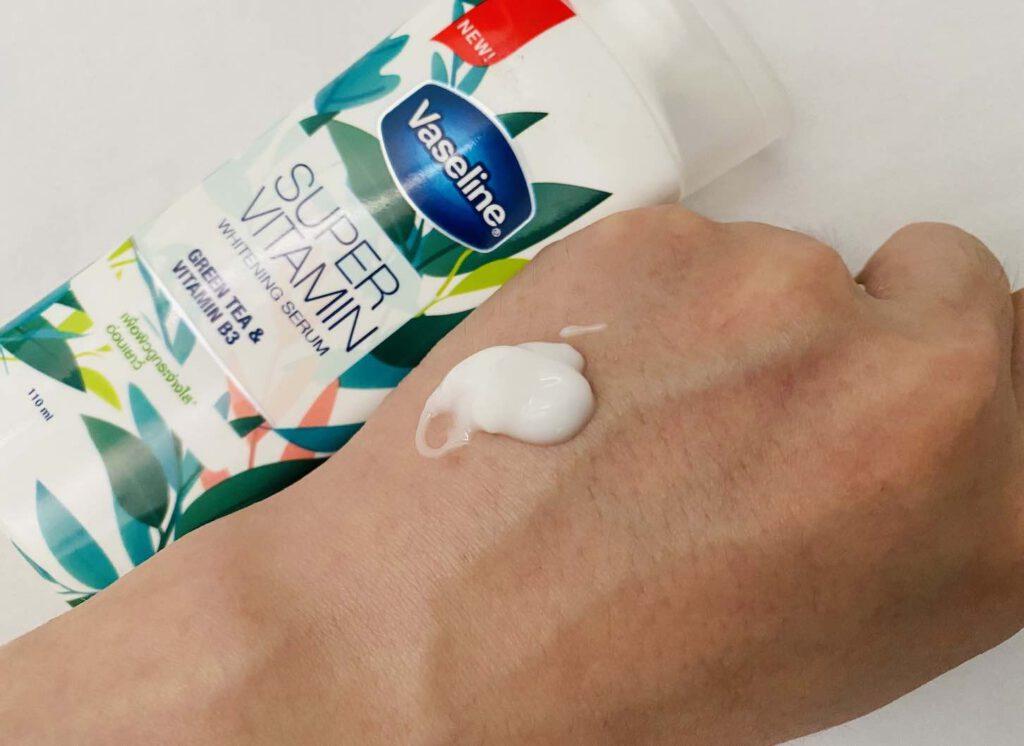 โลชั่นผิวขาว ยี่ห้อ Vaseline SUPER VITAMIN Whitening Serum