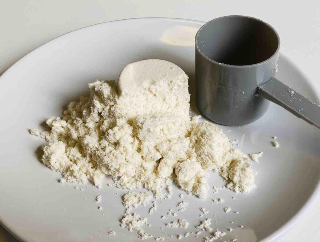 ผงมีสีขาวไม่ค่อยละเอียเท่าไร พร้อมกับช้อนสคูปตักทีละ 30 กรัม