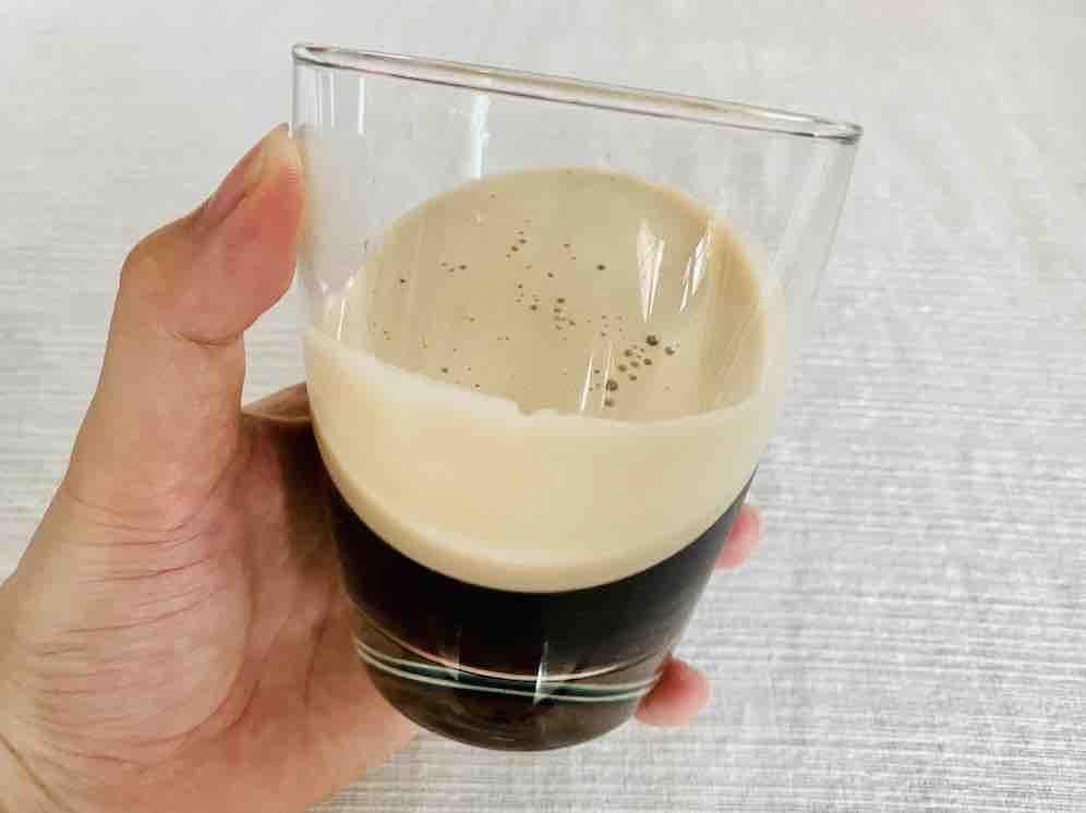 มีฟอกสีน้ำตาลสวย ๆ ลอยอยู่ ดูน่าดื่ม และดูหรูหรากว่ากาแฟดำยี่ห้ออื่น ๆ มาก