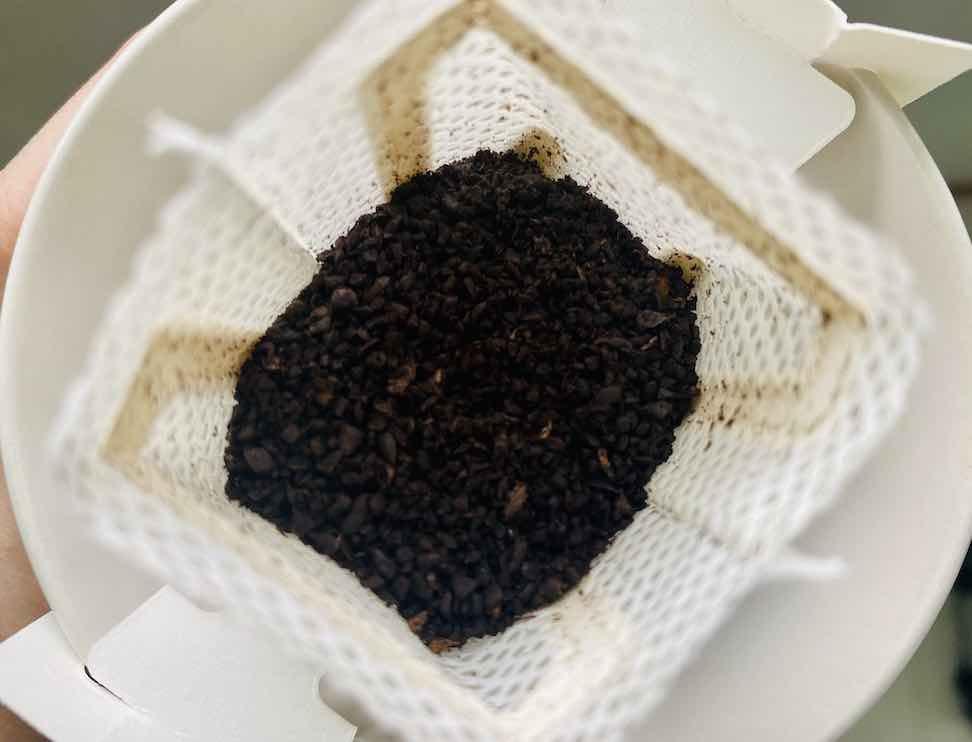 เมล็ดกาแฟคั่วเข้มบดหยาบ สีดำเข้มสวย ได้กลิ่นคั่วไหม้ ๆ ด้วย