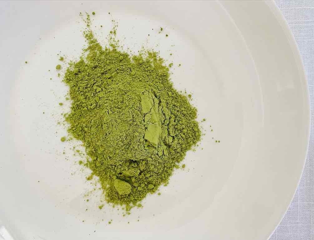 ผงชาเขียวมัทฉะสีเขียวอ่อน ๆ มีความละเอียดสูง โดยรวมดูสะอาดดี ไม่มีสิ่งเจือปน