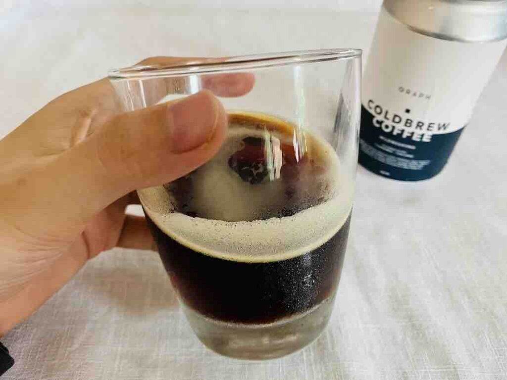 น้ำกาแฟมีสีน้ำตาลเข้ม ใส ๆ มีฟองไนโตรเจนลอยหน้าด้วย